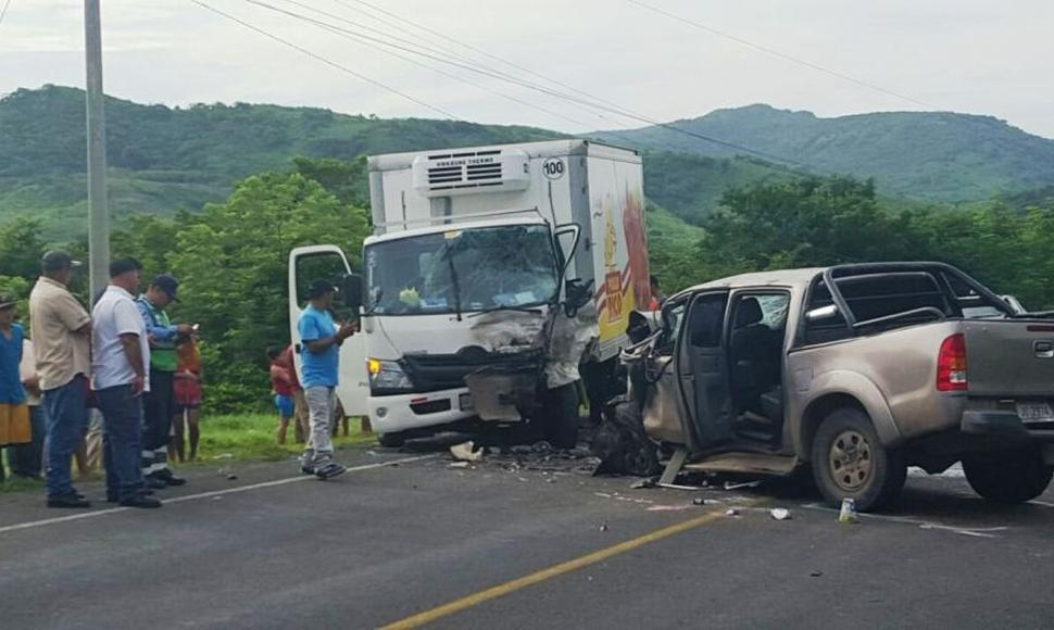 Al menos cuatros muertos por choque de camioneta y camión en Honduras