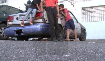 Construirán casa a hombre que vive con sus hijos en carro abandonado