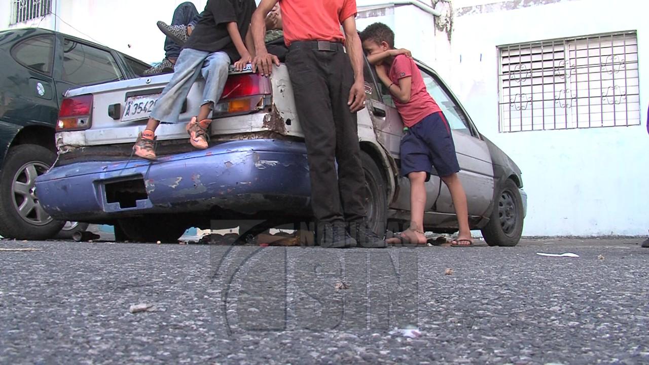 Image result for Mayobanex Escoto, director del INVI, que acudió en auxilio del hombre y sus hijos vivian en carro abandonado