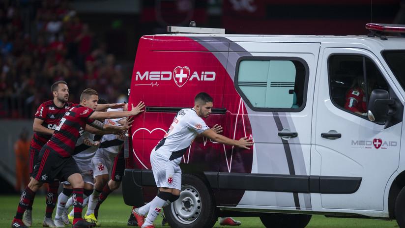Futbolistas suspenden partido para empujar ambulancia fuera de la cancha