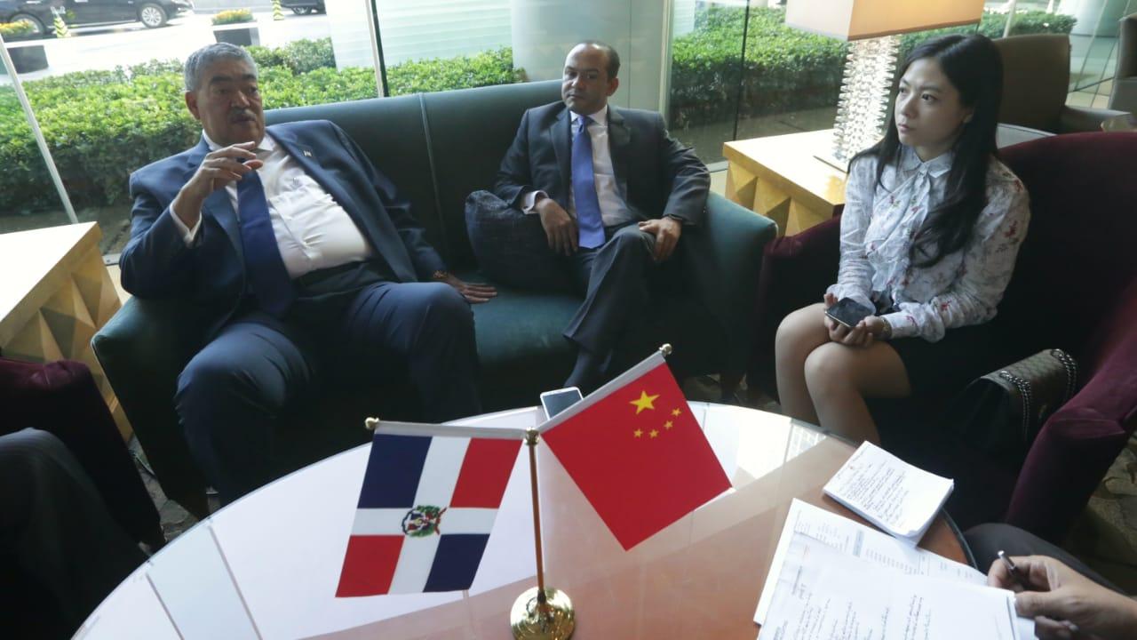 Miguel Mejía y embajador dominicano en China se reúnen