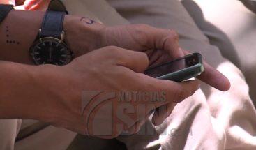 Pasar mucho tiempo pegado al celular podría causarle problemas de salud
