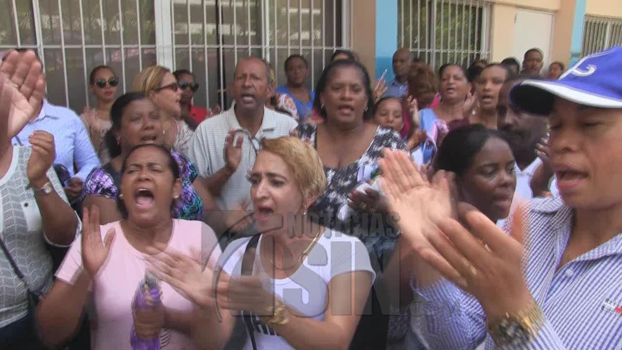 Profesores montan piquete en oficinas de Educación en Azua