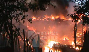 Voraz incendio destruye 13 viviendas en Mao