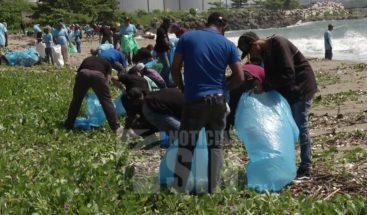 Realizan operativo de limpieza en la playa el Gringo de Haina