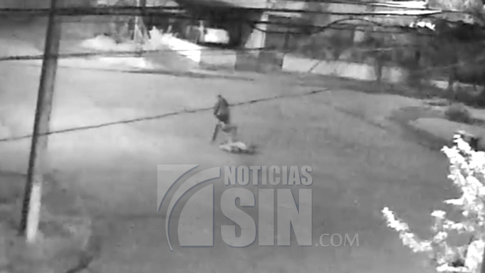 Captado en cámara momento en que mujer recibe una golpiza en plena calle