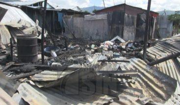 Tres viviendas destruidas por un incendio en Azua
