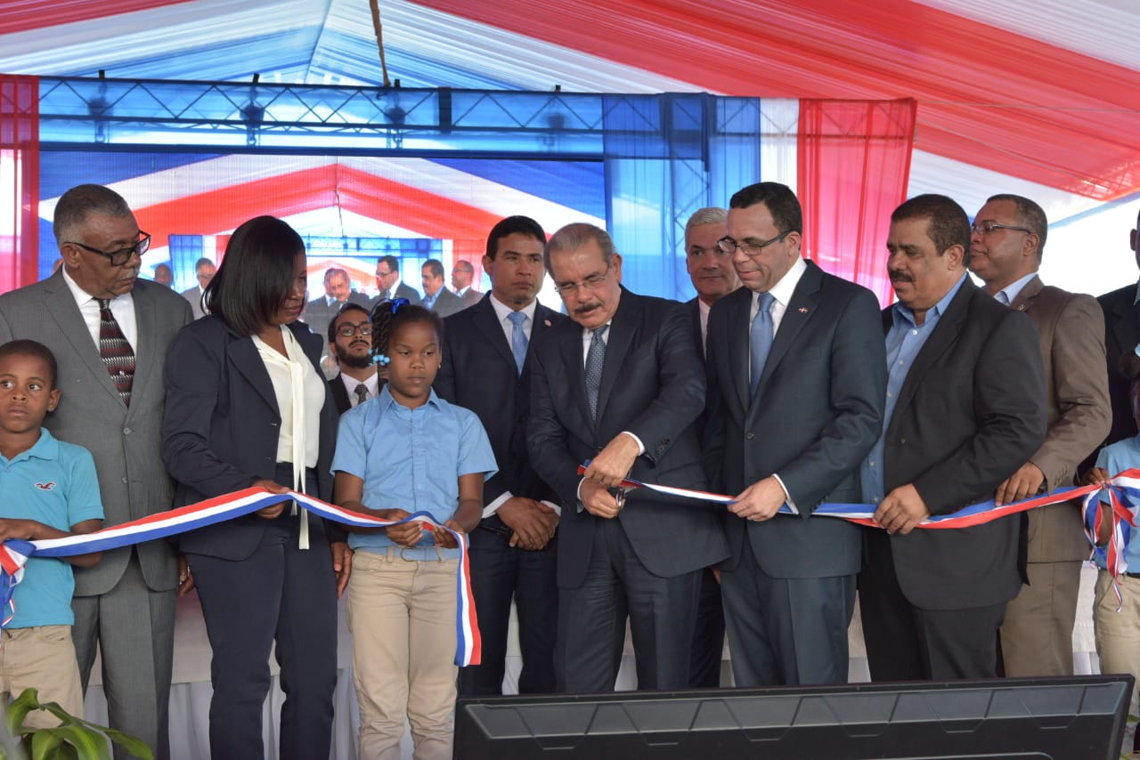 Presidente Medina entrega un centro educativo en Elías Piña