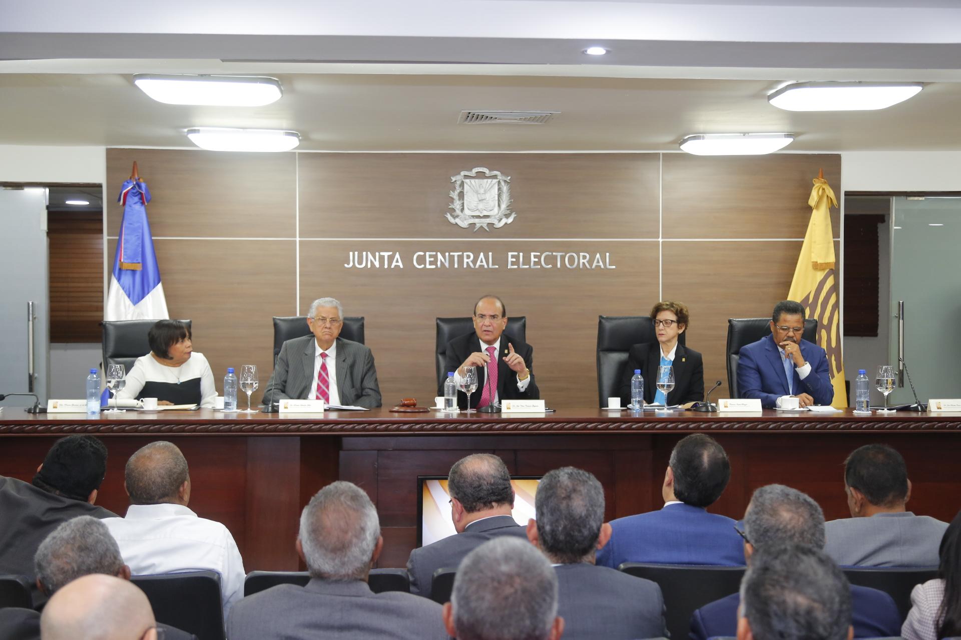 Pleno JCE se reúne con partidos; solicitan extensión de plazo de 75 días