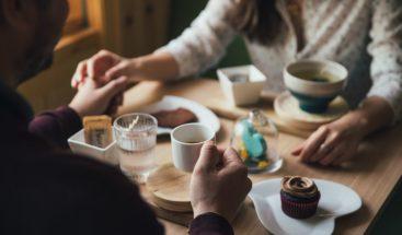 Prohíben compartir mesa a parejas no casadas