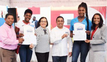 Invi entrega apartamentos a tres personas en comunidad de Nizao