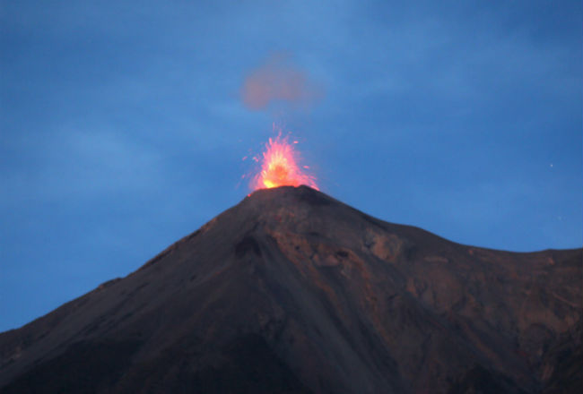 El volcán de Fuego de Guatemala registra 16 explosiones