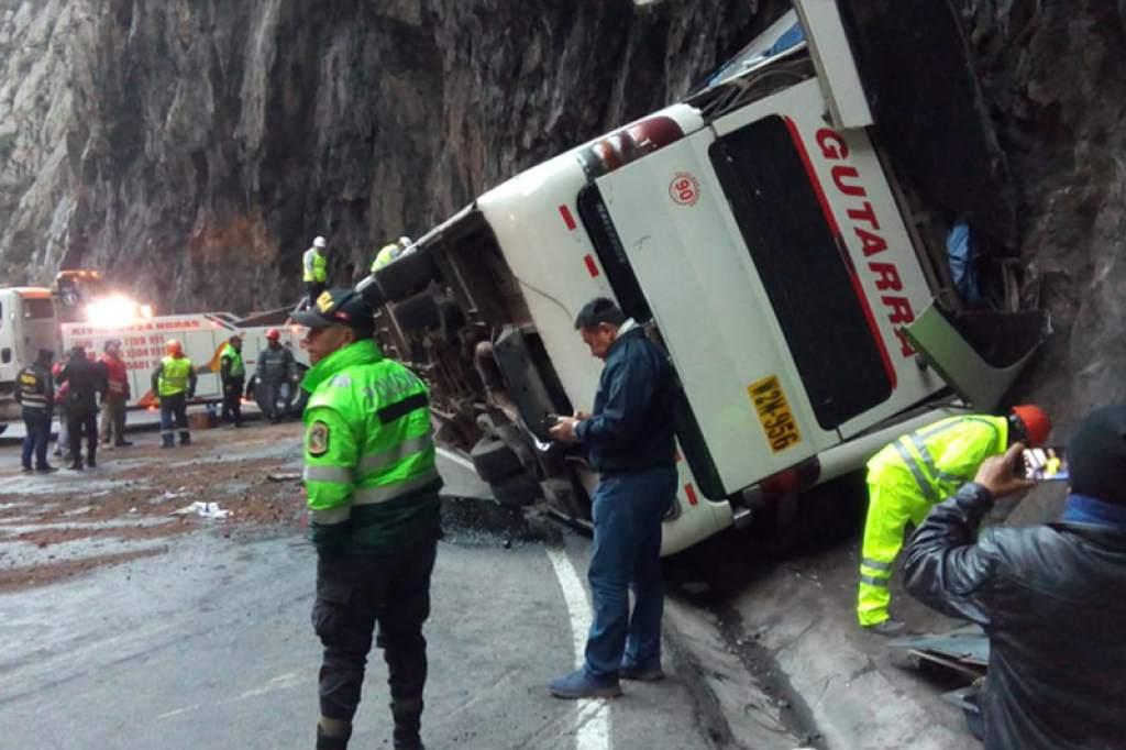 Al menos 5 muertos y 40 heridos deja accidente de autobús en Lima