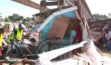 Obreros de URBE derrumban 19 casas en Los Guandules para Domingo Savio