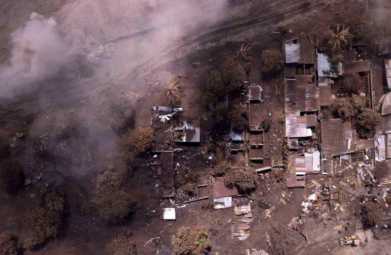 Aumentan a 178 los muertos por erupción del volcán en Guatemala