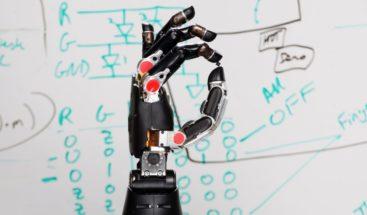 Un brazo robótico para acercar el mundo futuro a los niños en la escuela