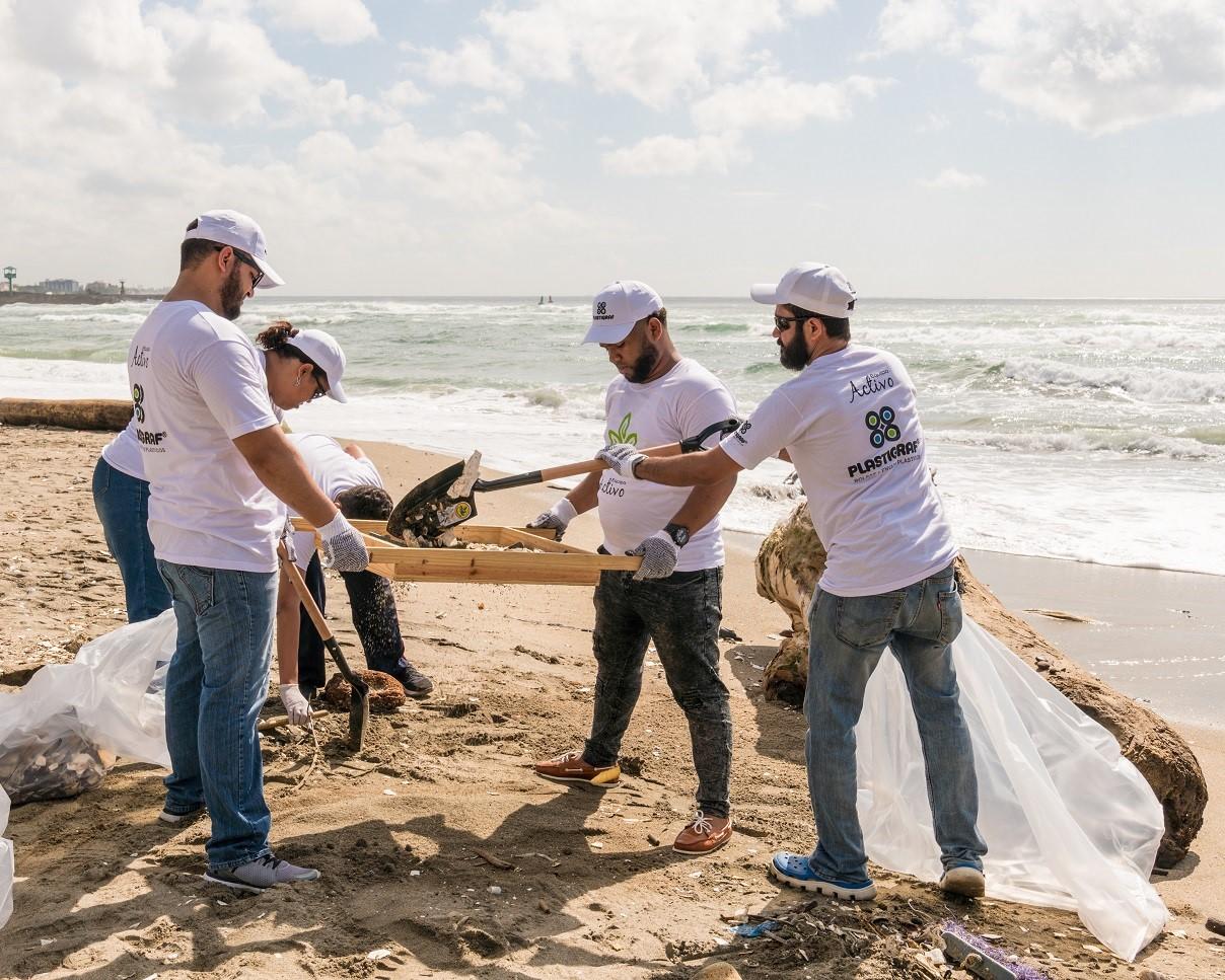Industriales recolectan 1,200 libra de desechos en playa Gringo de Haina