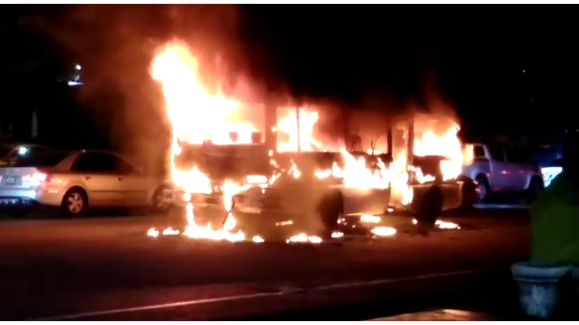 Incendio consume autobús de transporte público en la Luperón con Caonabo