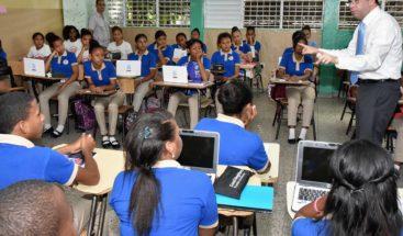 Navarro lleva República Digital a escuelas barrio Los Guandules