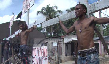 Tres hombres se crucifican exigiendo arreglo de calles en Los Alcarrizos