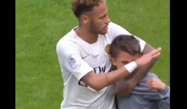 Neymar regala su camiseta a un niño que se coló llorando en el campo