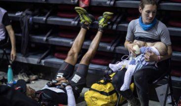 Enternecedora imagen de maratonista amamantó a su bebé en plena carrera