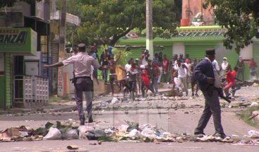 Tensión entre PN y manifestantes exigen arreglo de calles en Manoguayabo