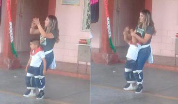 Maestra ayuda pequeño alumno con discapacidad a bailar y se vuelve viral