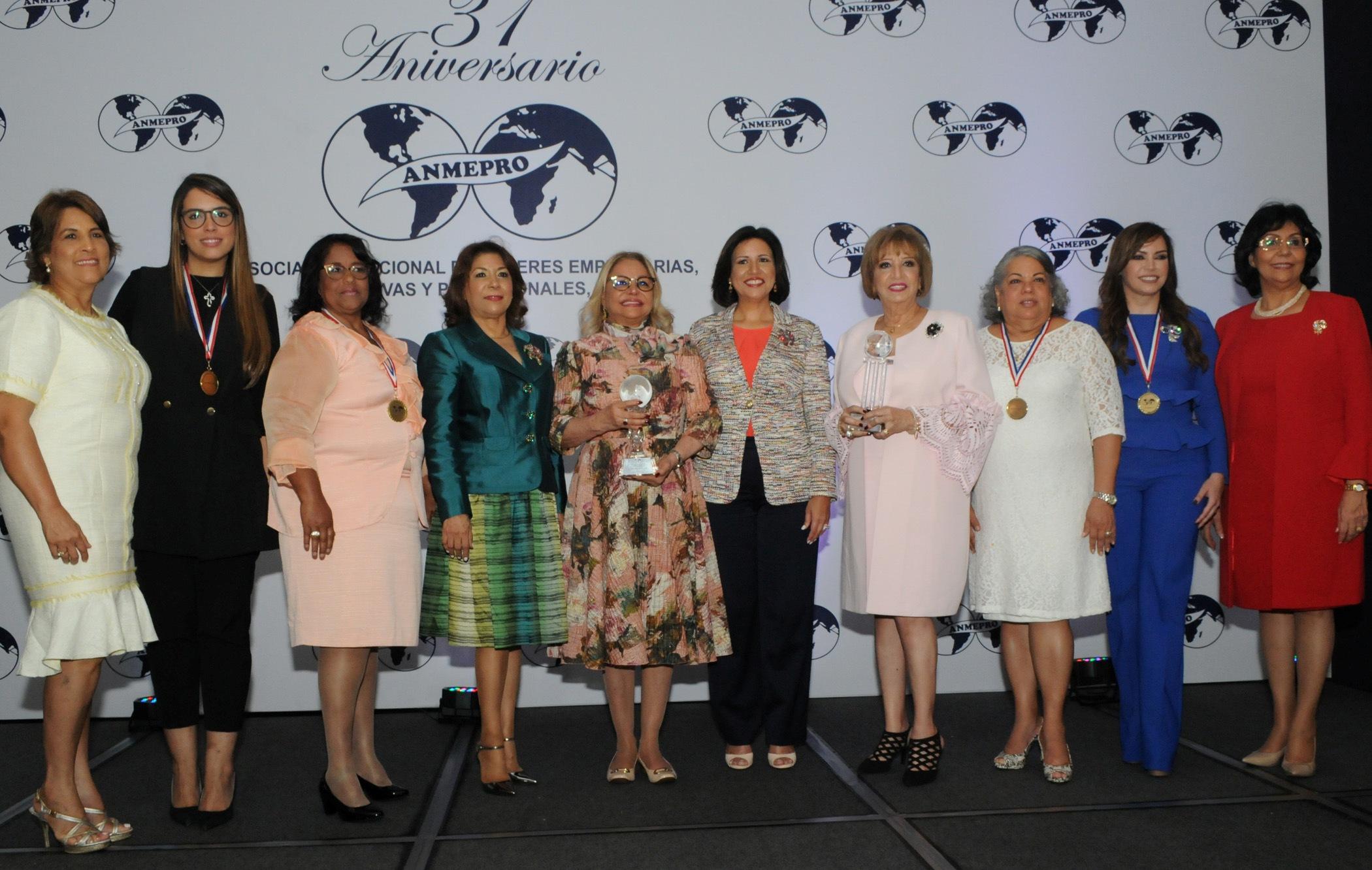 Mujeres empresarias reconocen a Rosa Hernández de Grullón