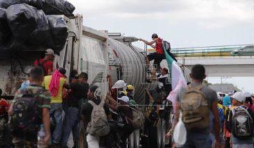 Un joven muere en la caravana migrante al caer de un vehículo