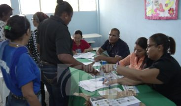 Entre denuncias de retrasos, profesores acuden a urnas en elecciones ADP