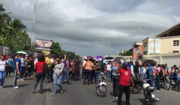Estudiantes de la UASD de Barahona protestan tras retiro de muros