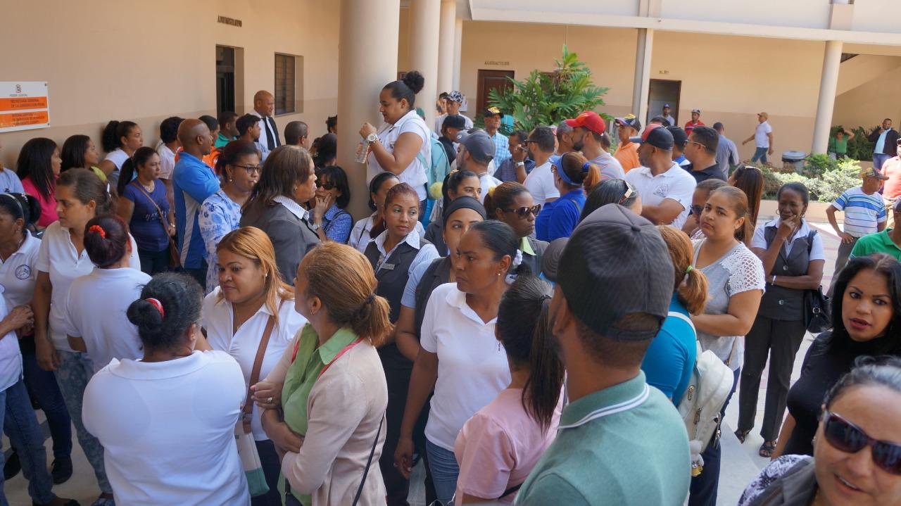 Suspenden docencia en Moca en apoyo a maestro acusado de violación
