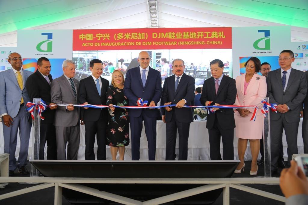 Presidente Medina encabeza inauguración de fábrica de botas en Santiago