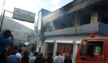 Incendio afecta centro comercial en Puerto Plata