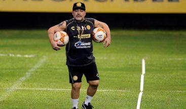 Maradona sufre una artrosis severa y debe operarse, según su médico