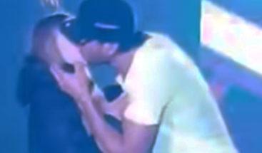 Enrique Iglesias sorprende joven al besarla durante concierto en Ucrania