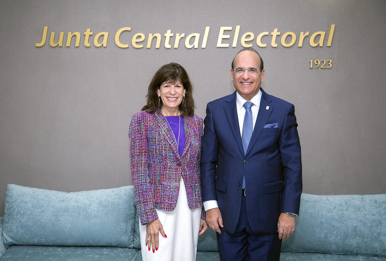 Presidente JCE recibe visita embajadora de Estados Unidos en RD