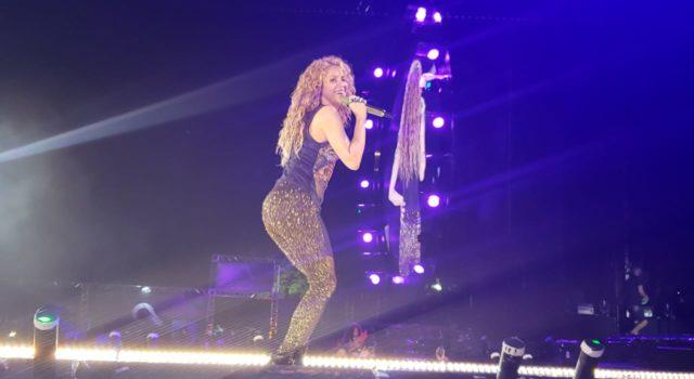 Bajo lluvia de fuegosartificiales Shakira se presenta Hard Hotel Punta