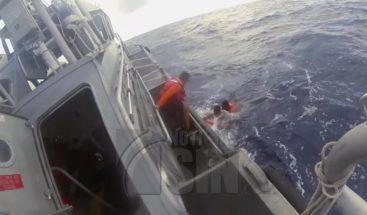 Rescatan hombre tras pasar 12 horas en mar abierto