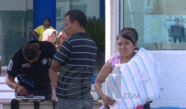 Dos madres cargan bebés que aún no saben si son suyos en México