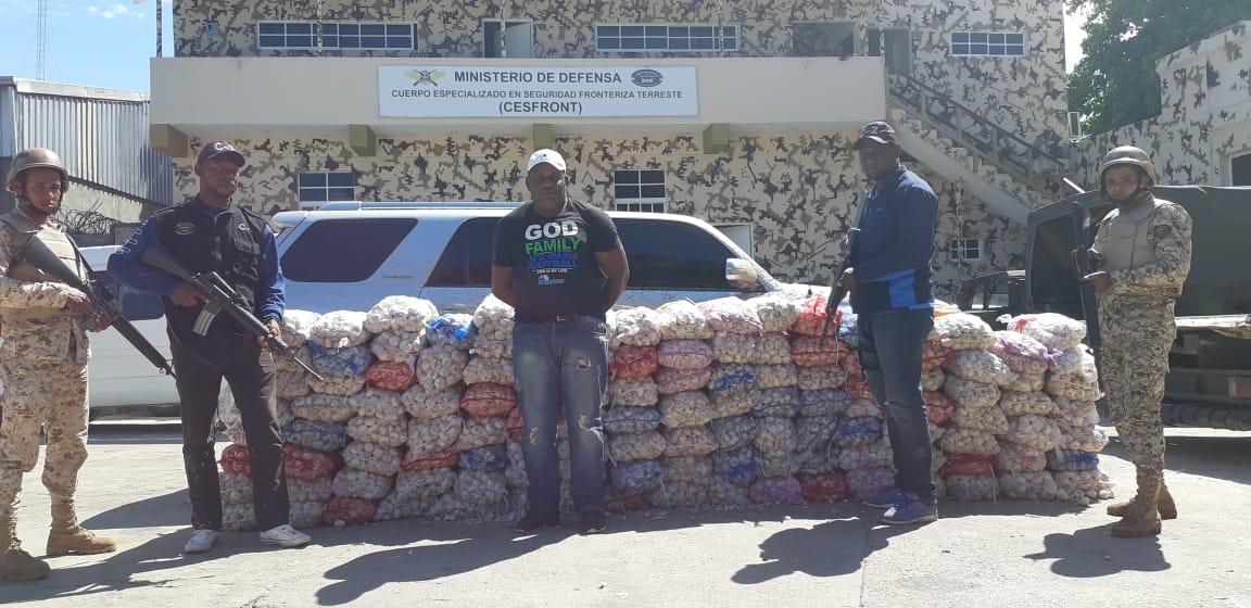 Cesfront detiene hombre con 122 sacos de ajo en Dajabón