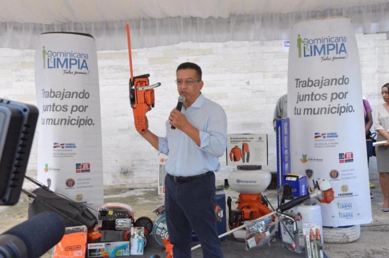 Resultado de imagen para Dominicana Limpia entrega equipos para limpieza a alcaldías