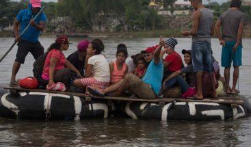 Migrantes hondureños cruzan río fronterizo de Guatemala y México