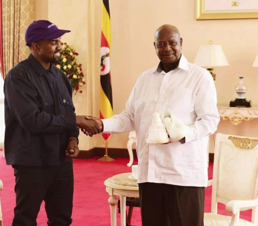 Rapero Kayne West regala al presidente de Uganda zapatillas de deporte