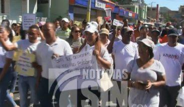 Jóvenes marchan por la paz en Azua