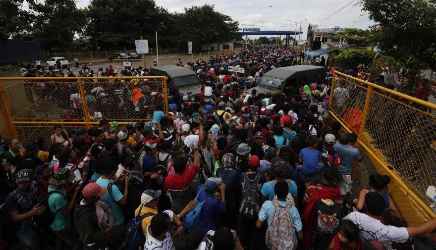 Hondureños saltan cordón policial en Guatemala y entran a México