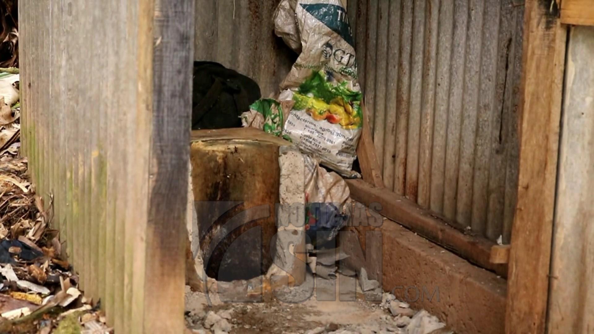 Encuentran bebé dentro de una letrina tras ser arrojado por su madre