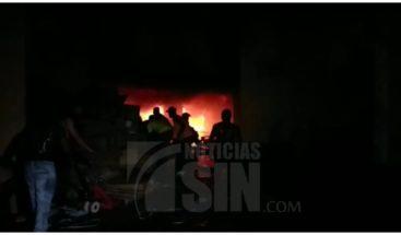 Bomberos DN tratan de sofocar fuego en edificio del sector Villa Juana