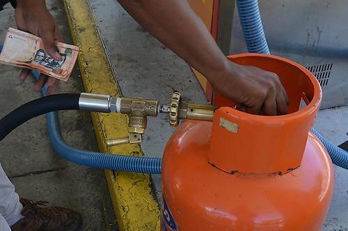 Amas de casa responden a Hacienda sobre rebaja al precio de combustibles